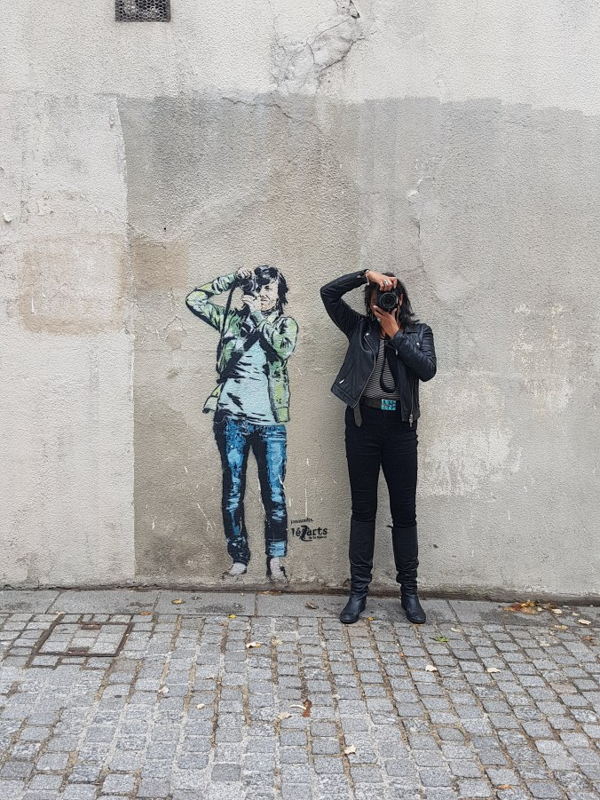 20180922_162400 (2) Niki - posing with photographer street art
